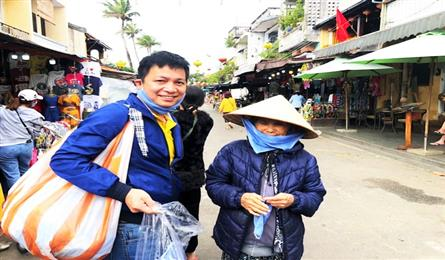Cafe owner wanders Hoi An to hand out free masks
