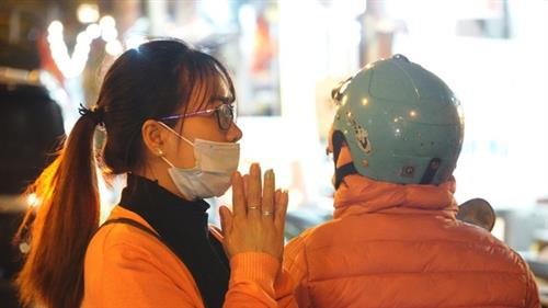 People pray outside as pagodas closed for Covid-19 prevention