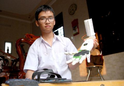 11th grader invents robotic arm for disabled