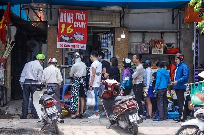 Hanoians line up to buy cakes for Cold Food Festival