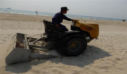 Danang cleans beaches before summer holiday