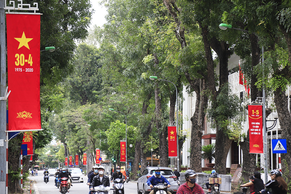 Hanoi streets decorated before Reunification Day