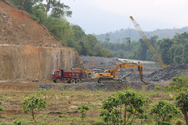 Homes crack by hydropower plant construction
