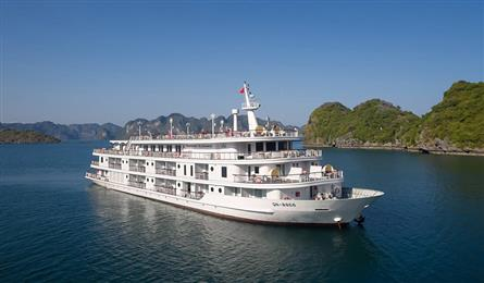 Ha Long Bay tourist ships attract customers with discounts