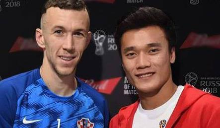 Bui Tien Dung presents Man of the Match award to Ivan Perisic