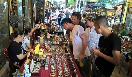 HCM City weekly antique market
