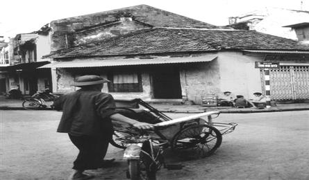 Old Hanoi photography exhibition held on pedestrian streets