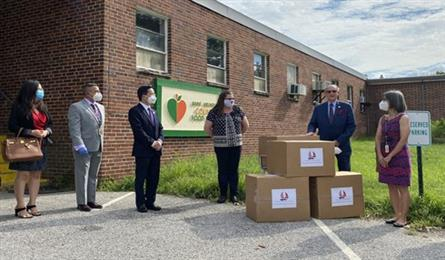 Vietnam Embassy in US presents 10,000 face masks to Maryland
