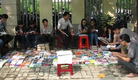 Young man creates street library in Danang