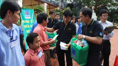 Firms, organisations present Tet gifts to the poor and students