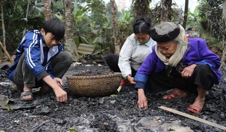 Desperate life of poor family after their house burned