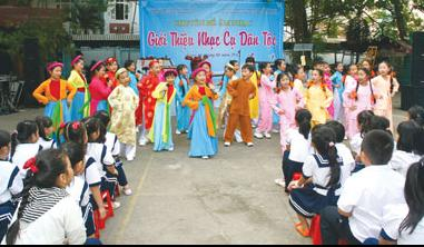Primary school students introduced to traditional musical instruments