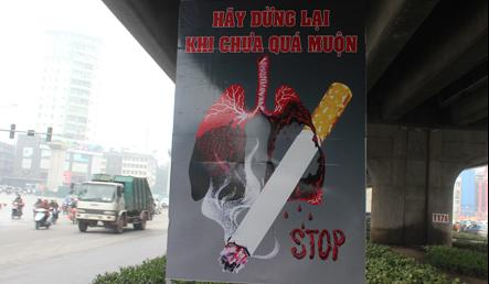 """""""No-smoking"""" promotion banners go up in Hanoi streets"""