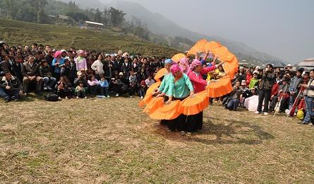 Sapa people offer a banquet of spring festivals