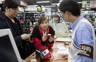 Chinese tourists flock to Japan, lift weak economy