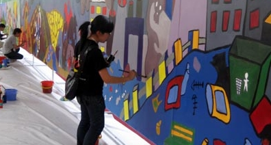 400 people paint record environmental mural