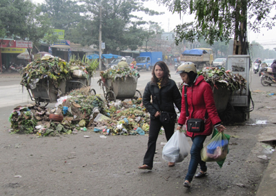Garbage is piling up in Vinh City waste crisis